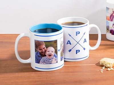 2 mugs à thèmes posés sur une table