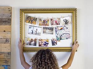 Marco con fotos colgadas