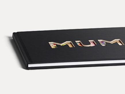 Album Photo avec couverture Noire et découpes de lettres sur la face