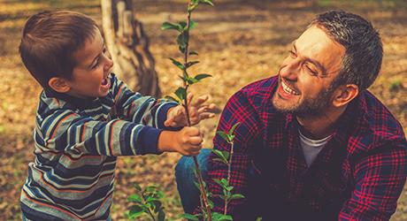 Fête des Pères image avec un père et son fils très complices