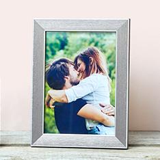 Ein Foto eines jungen Paares, auf einem Regal aufgestellt
