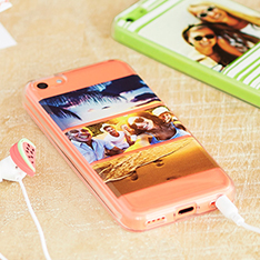 Coques personnalisées pour un iPhone et un Samsung avec des photos de famille et d'amis